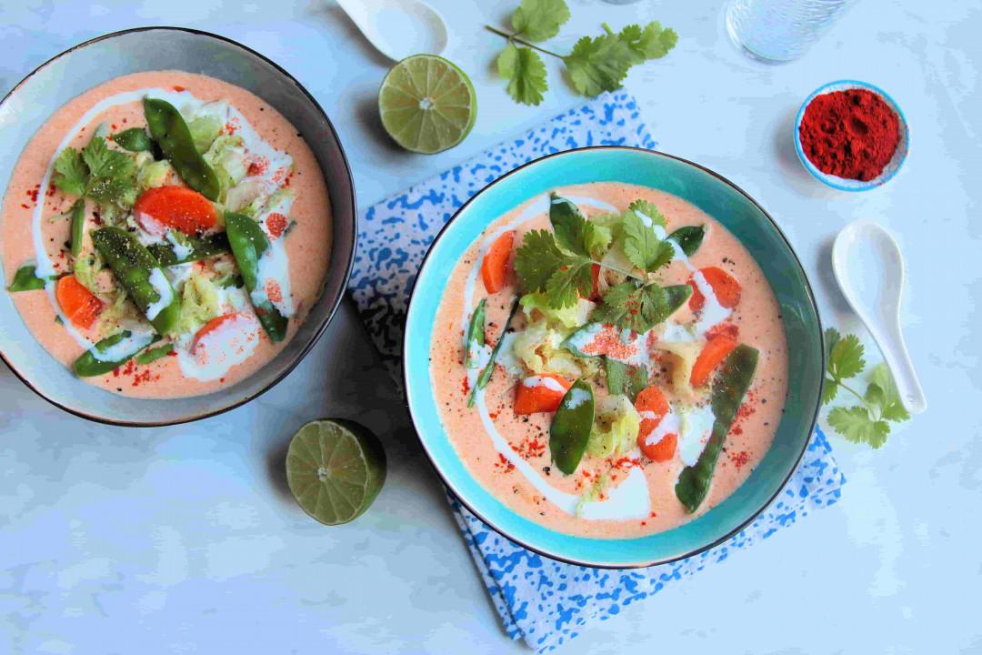Soupe pimentée au lait de coco, crème et légumes de saison