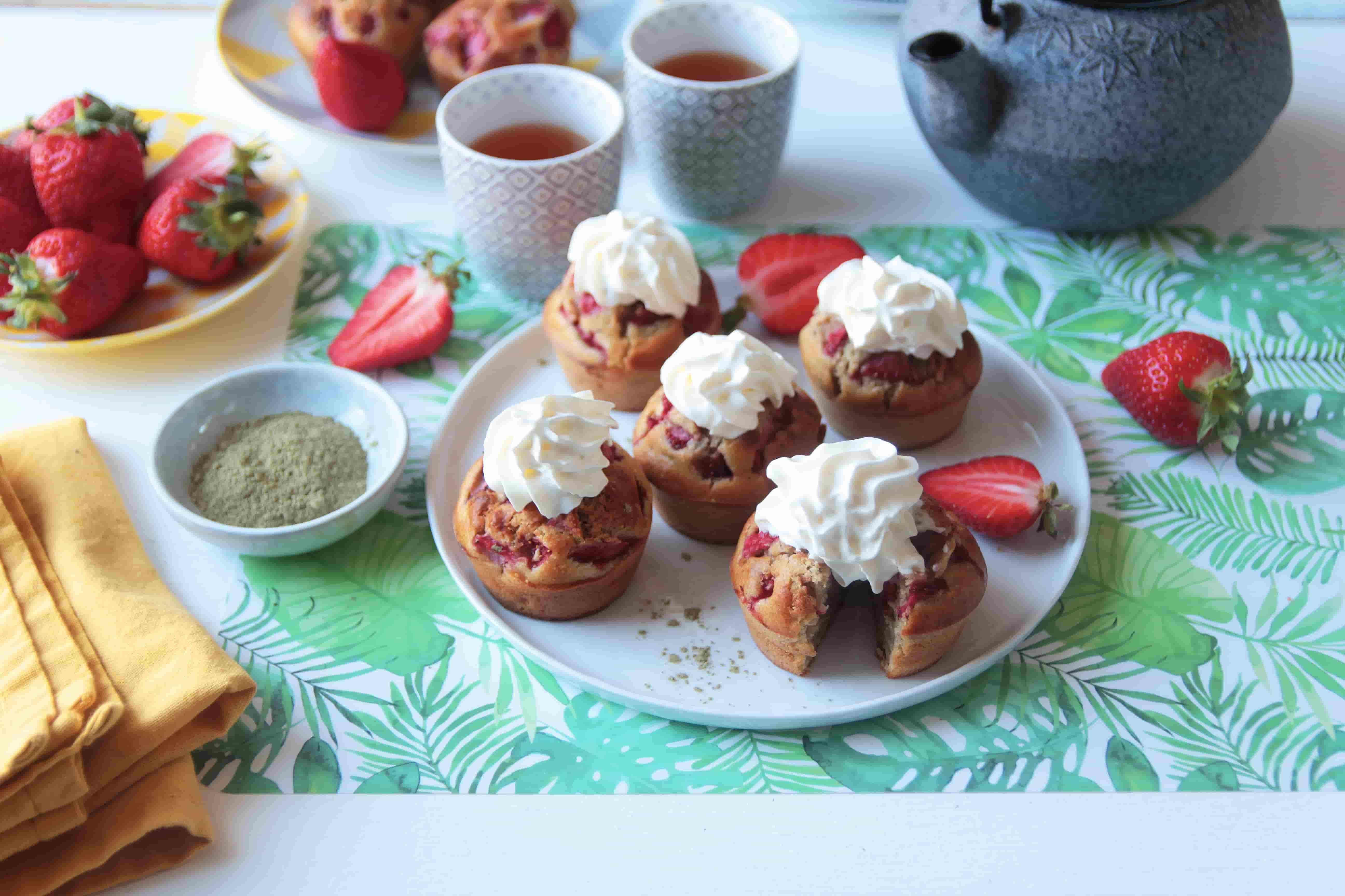 Muffins aux fraises, thé Matcha et crème fouettée